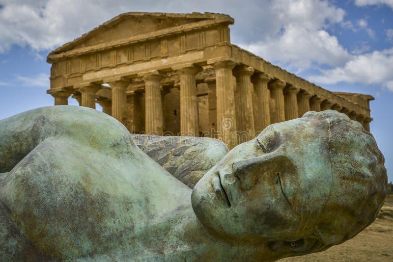Ikaro caído na frente do templo Sicília de concorde imagem de stock royalty free