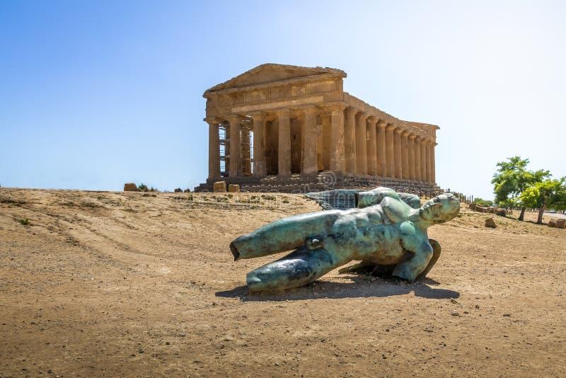 Ikarus bronzieren Statue und Tempel von Concordia im Tal von Tempeln - Agrigent, Sizilien, Italien lizenzfreie stockfotos