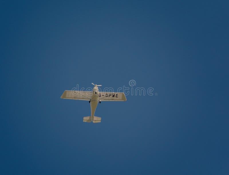 Ikarus c-42 ultra lichte vliegtuigen in blauwe hemel stock afbeelding