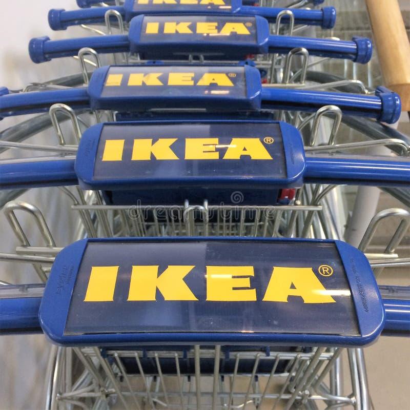 Ikea-boodschappenwagentjes stock foto's