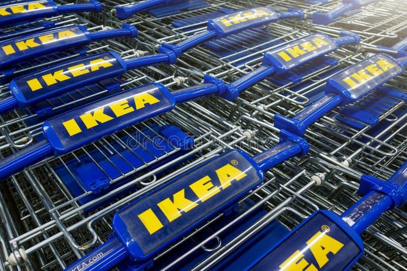 Ikea-boodschappenwagentjes op een rij stock afbeelding
