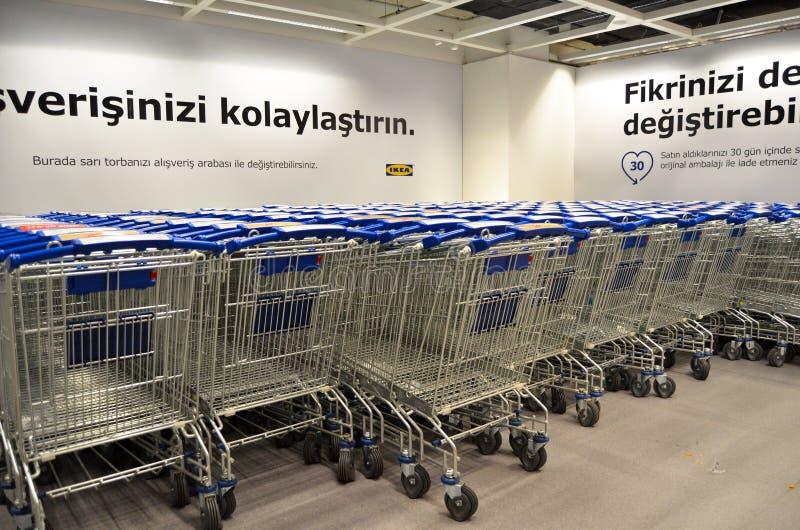 IKEA-Boodschappenwagentjesparkeerterrein stock foto's