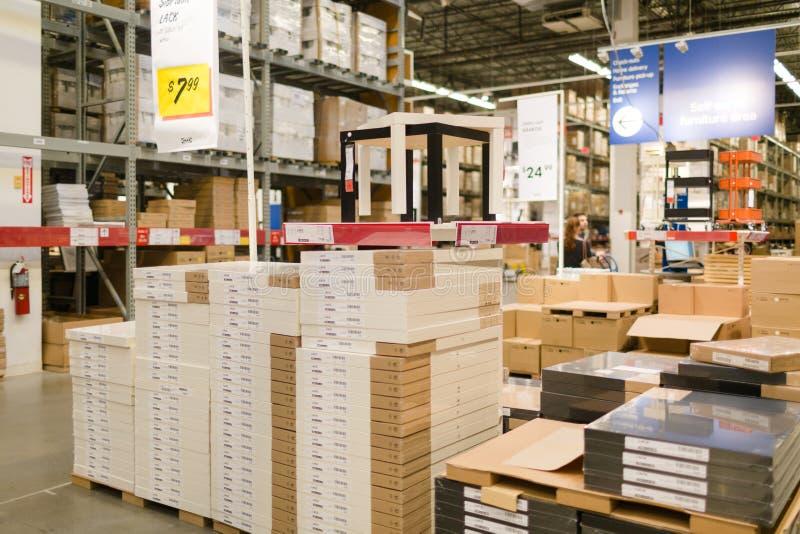 IKEA is een multinationale onderneming die ontwerpt en meubilair, toestellen en huistoebehoren verkoopt De modelruimte van het sl royalty-vrije stock afbeelding