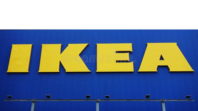 Ikea lager IKEA är en multinationell grupp av företag som designer, försäljningar klar-till-monterar möblemang arkivbilder