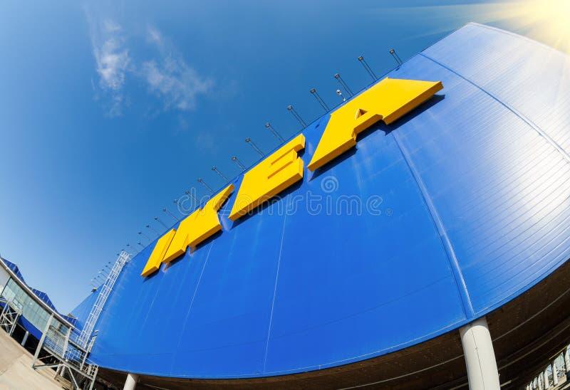 IKEA sjunker mot himmel på IKEA Samara Store royaltyfri foto