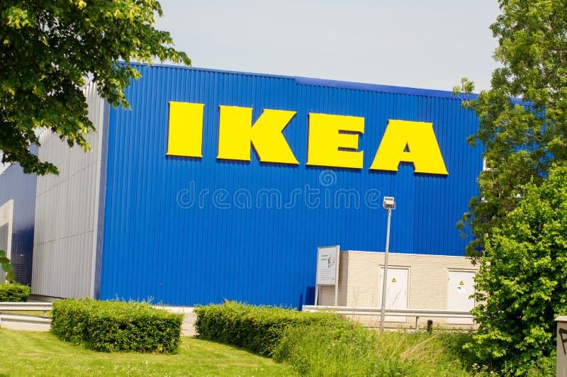 IKEA-Speicher, im Vordergrund ein Park lizenzfreie stockfotos