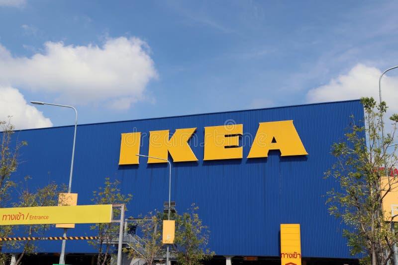 IKEA stort gult tecken på den blåa väggen med blå himmel arkivfoto