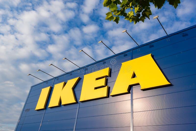 IKEA unterzeichnen gegen blauen Himmel