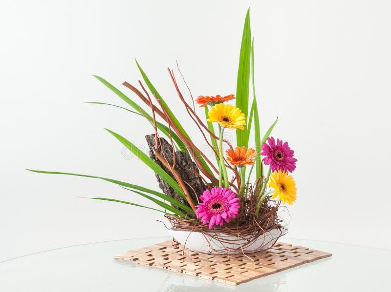 Ikebana样式花的布置 免版税库存照片