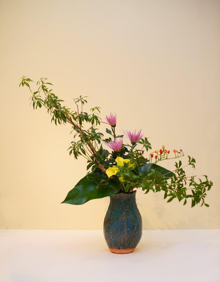Ikebana 花的布置 免版税库存照片