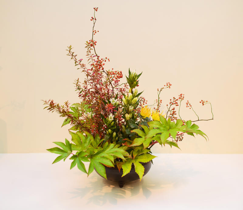 Ikebana centro de flores foto de archivo libre de regalías