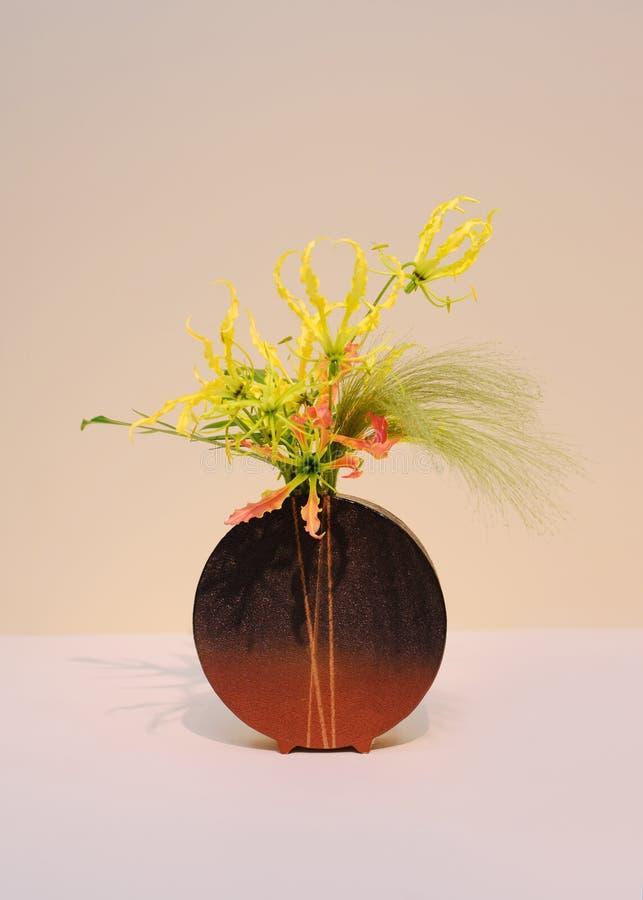 Ikebana centro de flores imagen de archivo libre de regalías
