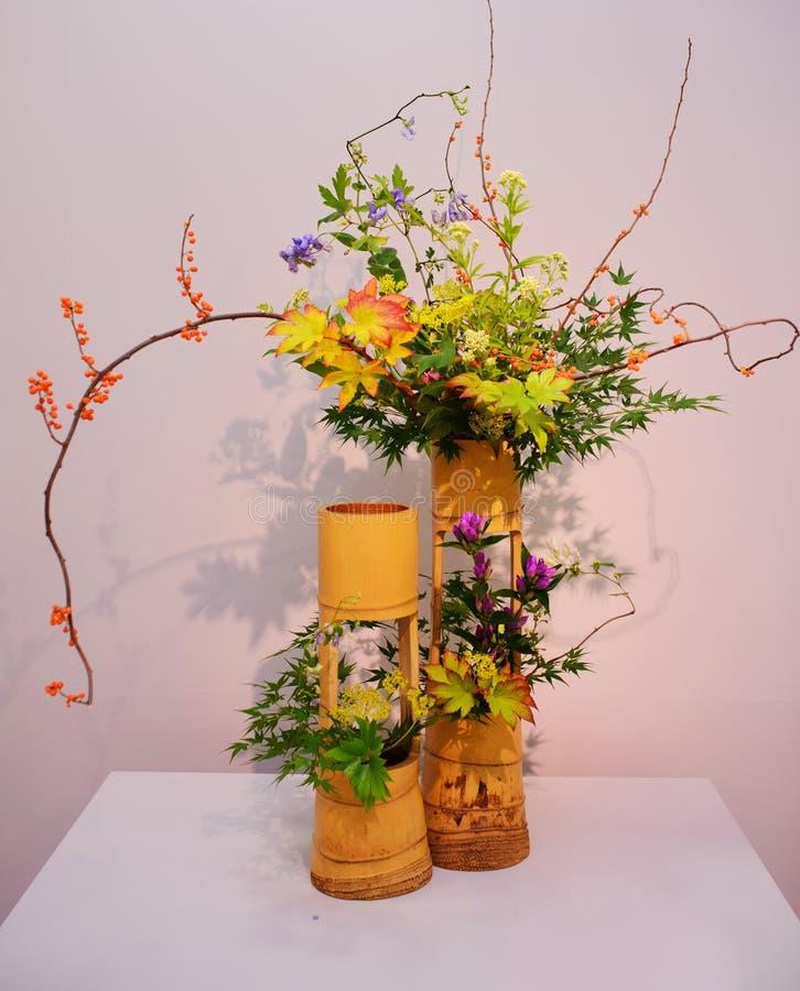 Ikebana centro de flores imagenes de archivo