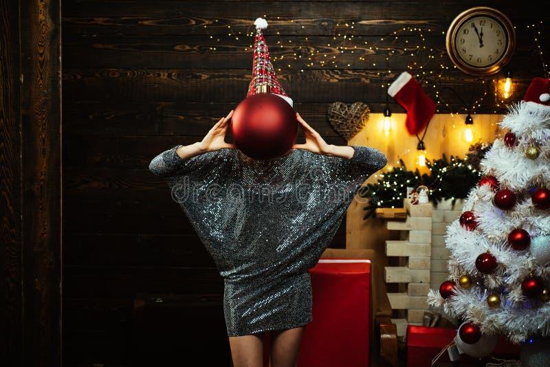 Iklädd blond kvinnlig modell en Santa Claus hatt Julklänningar Sinnlig flicka för jul Gullig ung kvinna med fotografering för bildbyråer