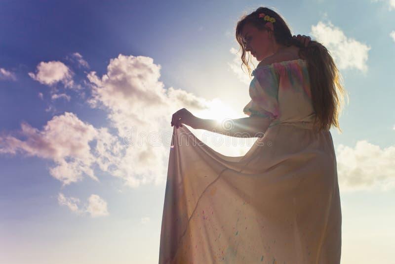 Iklädd bröllopsklänning för härlig brud royaltyfri bild