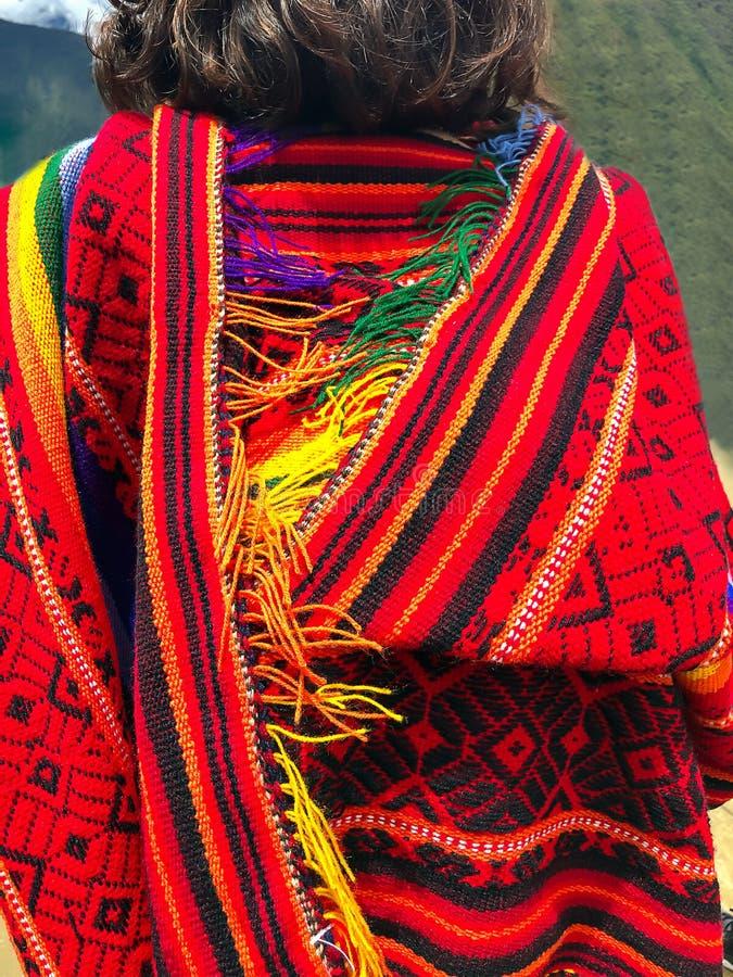Iklädd färgrik peruansk poncho för kvinnlig handelsresande i Machu Picchu, en av den nya under sju av världen, Cusco region, fotografering för bildbyråer