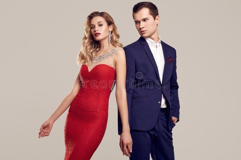 Iklädd formell kläder för sinnliga härliga unga par arkivfoton