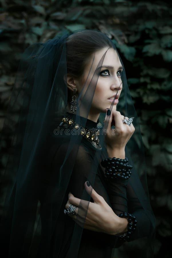 Iklädd gotisk stil för modemodell vamp royaltyfri foto