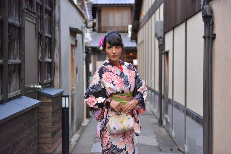 Iklädd härlig modell en kimono i kyoto arkivbild