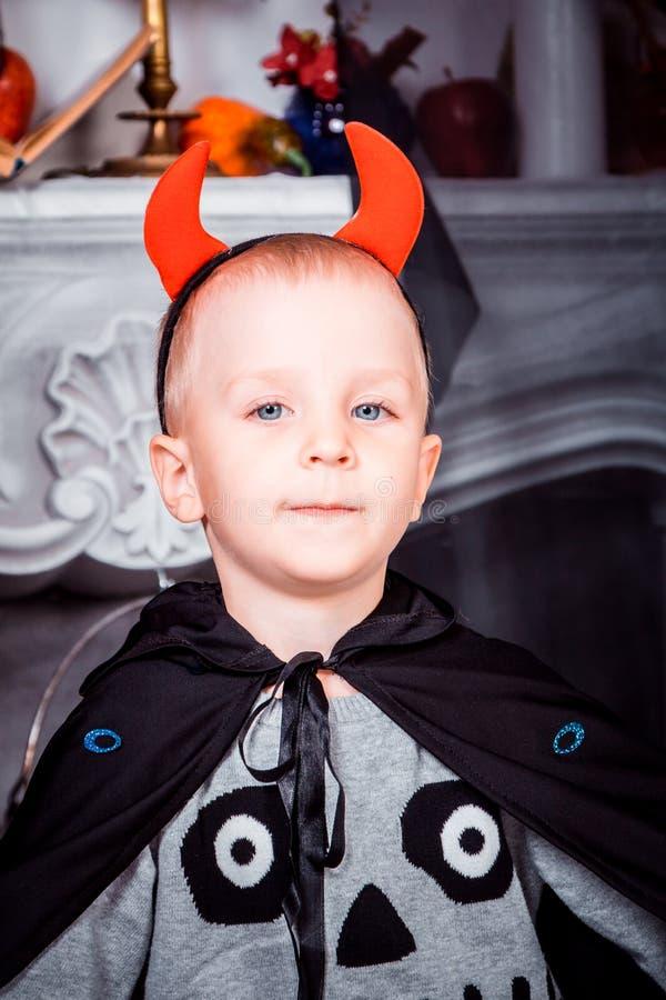 Iklädd halloween för barn dräkt arkivfoto