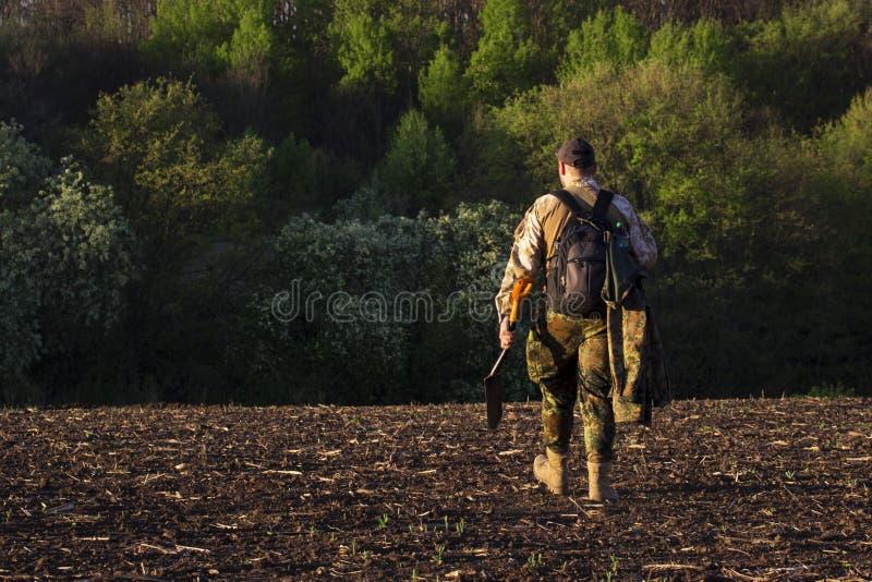 Iklädd kamouflage för grabb med en sapperskyffel royaltyfri fotografi