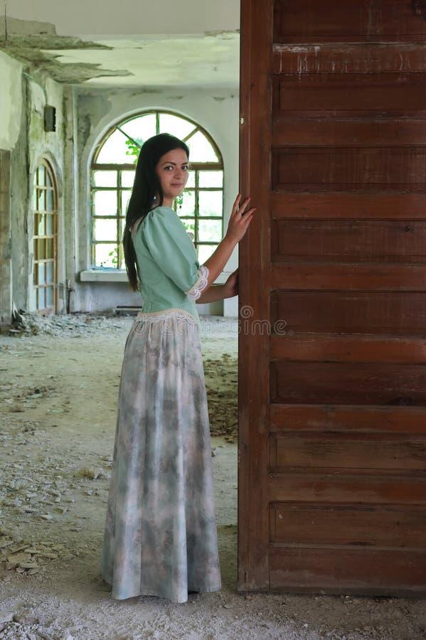 Iklädd medeltida kläder för barnmodelldam royaltyfria foton