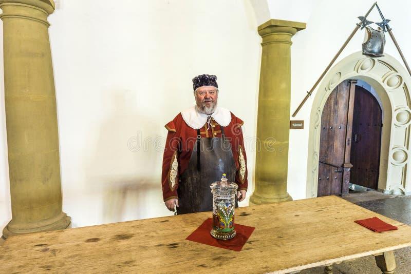 Iklädd medeltida kläder för gamal man i Rothenburg arkivfoton