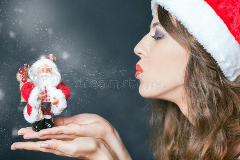 Iklädd Santa Claus för sexig kvinna kläder och jultomtengåva royaltyfria bilder