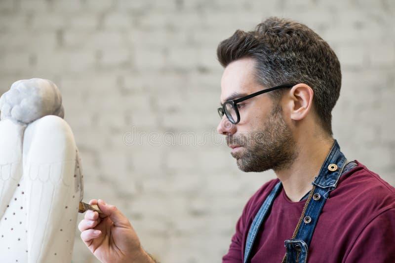 Iklädd stående av ceramisten ett förkläde som arbetar på Clay Sculpture i ljust keramiskt seminarium royaltyfri fotografi