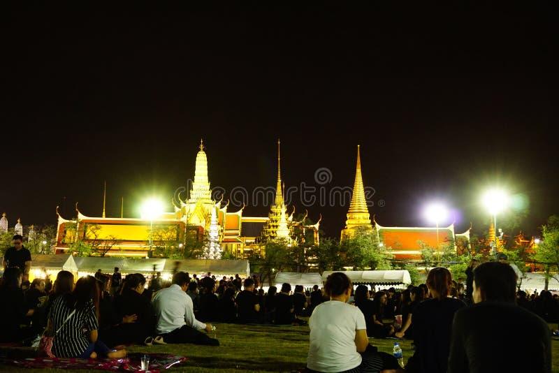 Iklädd svart för thailändskt folk, som de sitter och väntar i linje för att erbjuda beklagande för den sena konungen Bhumibol Adu arkivbilder
