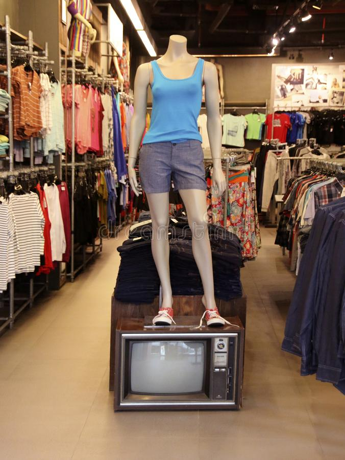 Iklädd tillfällig kläder för kvinnlig skyltdocka på en boutique, Jungceylon shoppinggalleria, Phuket, Thailand arkivbild