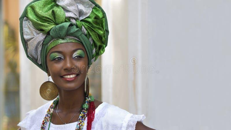 Iklädd traditionell Baiana för brasiliansk kvinna dress i Salvador, Bahia, Brasilien royaltyfria bilder