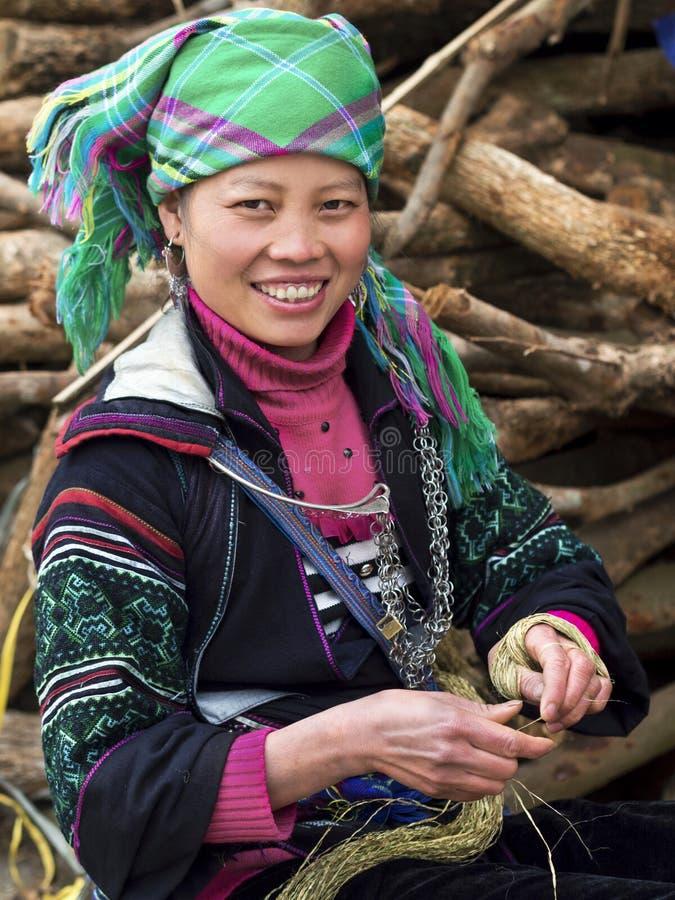Iklädd traditionell dress för lycklig Hmong kvinna i Sapa, Vietnam arkivbilder
