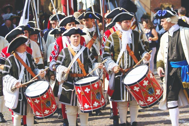 Iklädda historiska dräkter för musiker royaltyfria bilder