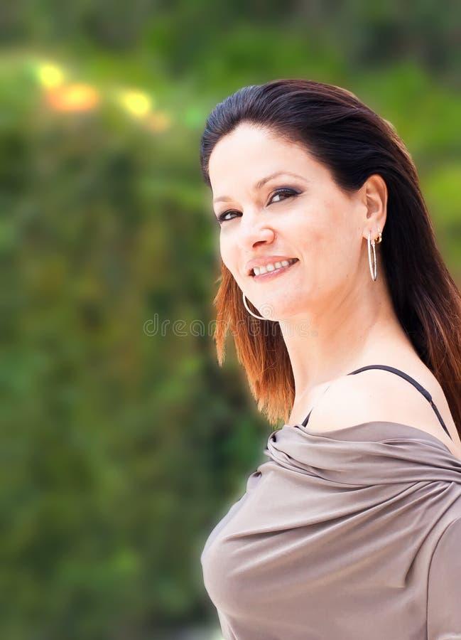 Iklädda silver-grå färger för kvinna som smailing arkivfoto