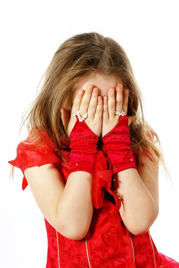 Iklätt rött posera för gullig liten flicka i studio royaltyfria bilder