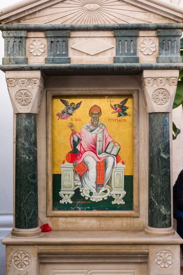 Ikona patron Corfu miasteczko, Świątobliwy Spyridon przed Świątobliwym Spyridon kościół, zdjęcia stock
