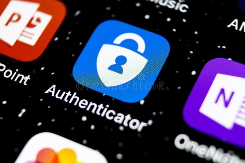 Ikonen för Microsoft-autentiseringsprogram på skärmen Apple iPhone X med smartphone Appikon för Microsoft Authenticator Social arkivbild
