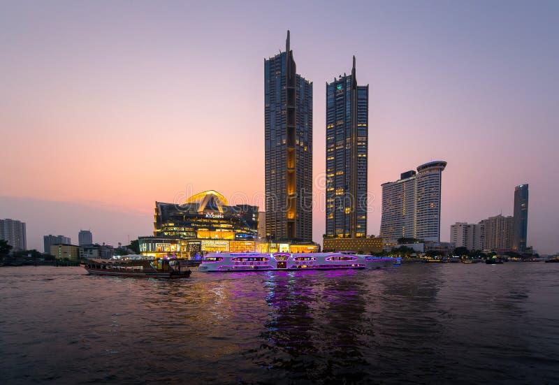 Ikonen-Siam-Kaufhaus an Chao Phraya River-Seite stockfotos