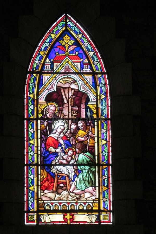 Ikonenbild auf Buntglas in der katholischen christlichen Kirche stockfotos