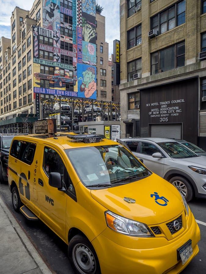 Ikonenhafte gelbe Fahrerhäuser in Midtown Manhattan stockfoto
