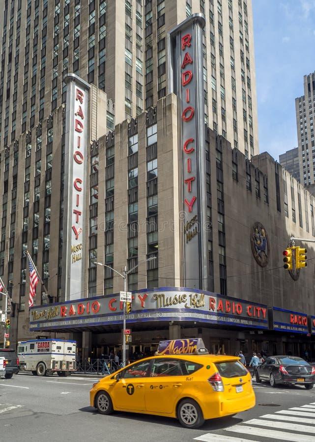 Ikonenhafte gelbe Fahrerhäuser in Midtown Manhattan lizenzfreie stockfotos