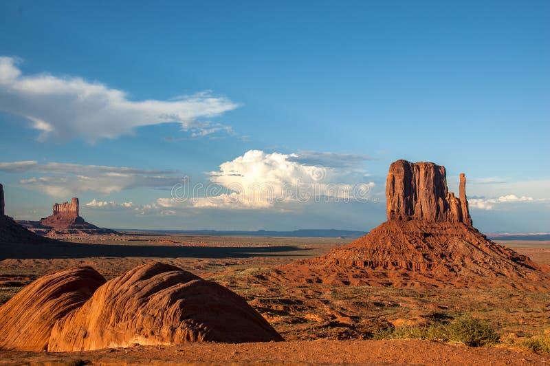 Ikonenhafte Sandstein Buttes des Monument-Tales mit spätem Nachmittag s lizenzfreie stockfotos
