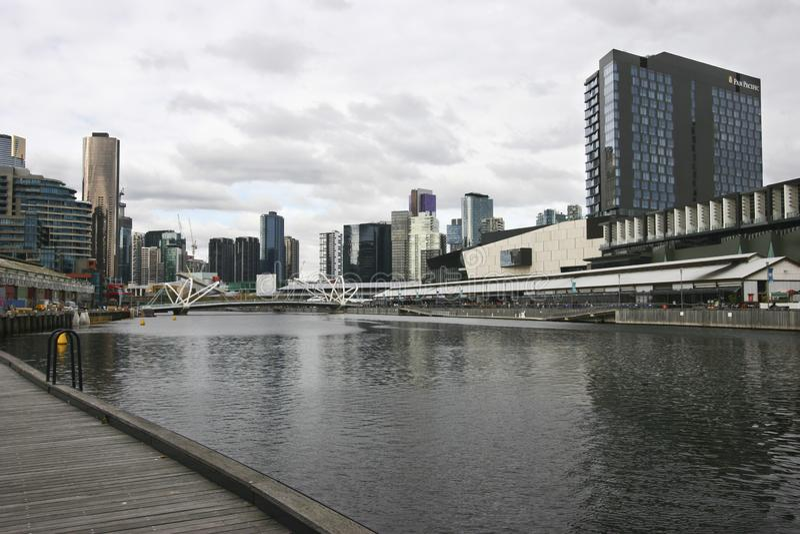 Ikonenhafte Skyline auf städtischem Ufer in CBD Küstenstadtbild von Wolkenkratzern auf Yarra-Fluss, Südkai, Melbourne, Victoria,  stockbilder