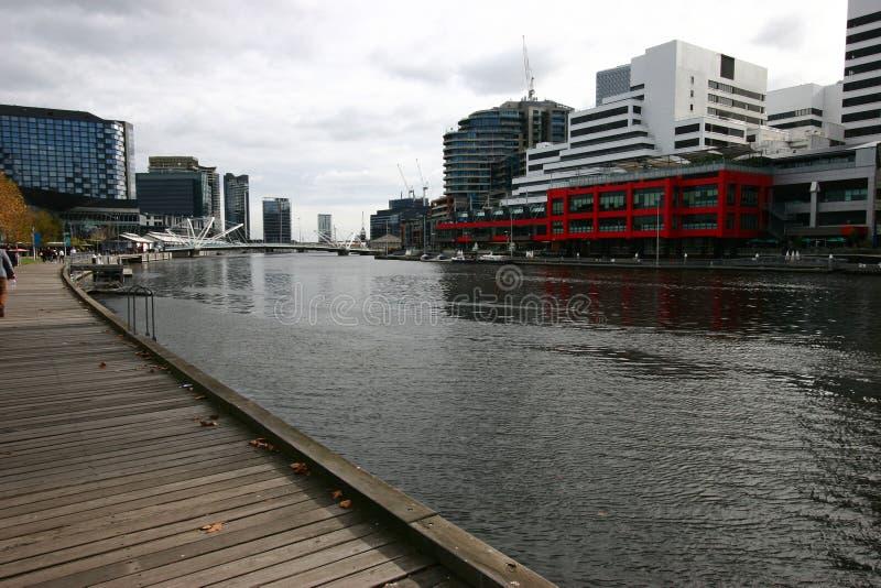 Ikonenhafte Skyline auf städtischem Ufer in CBD Küstenstadtbild von Wolkenkratzern auf Yarra-Fluss, Südkai, Melbourne, Victoria,  lizenzfreie stockfotos