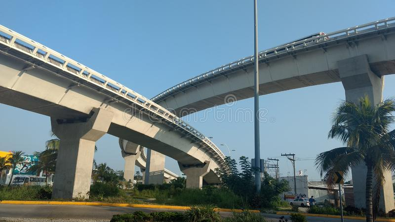 Ikonenhafte städtische Brücke an einem Tag des blauen Himmels lizenzfreie stockfotos