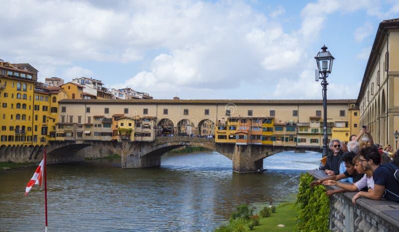 Ikonenhafte Vecchio-Brücke in Florenz über dem Arno nannte Ponte Vecchio - FLORENZ/ITALIEN - 12. September 2017 lizenzfreie stockfotos