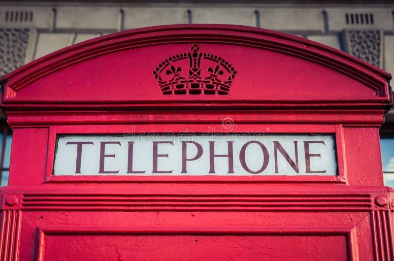 Ikonenhafter roter Telefonkasten in London lizenzfreies stockbild