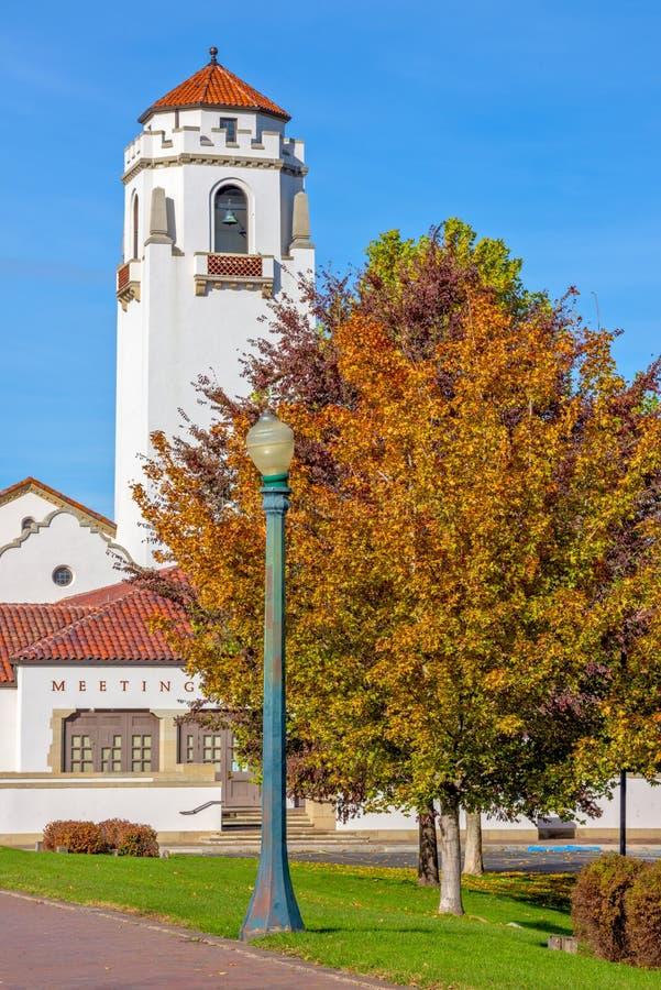 Ikonenhaftes Depot in Boise Idaho mit Fallbäumen lizenzfreie stockfotografie