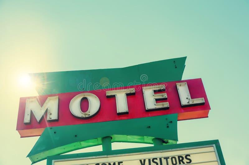 Ikonenhaftes Route 66 -Motel-Verkehrsschild stockbild